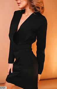 Женское приталенное черное платье на запах с высокой талией и v-образным вырезом