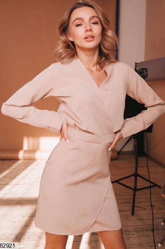 Женское приталеное бежевое платье на запах с высокой талией и v-образным вырезом
