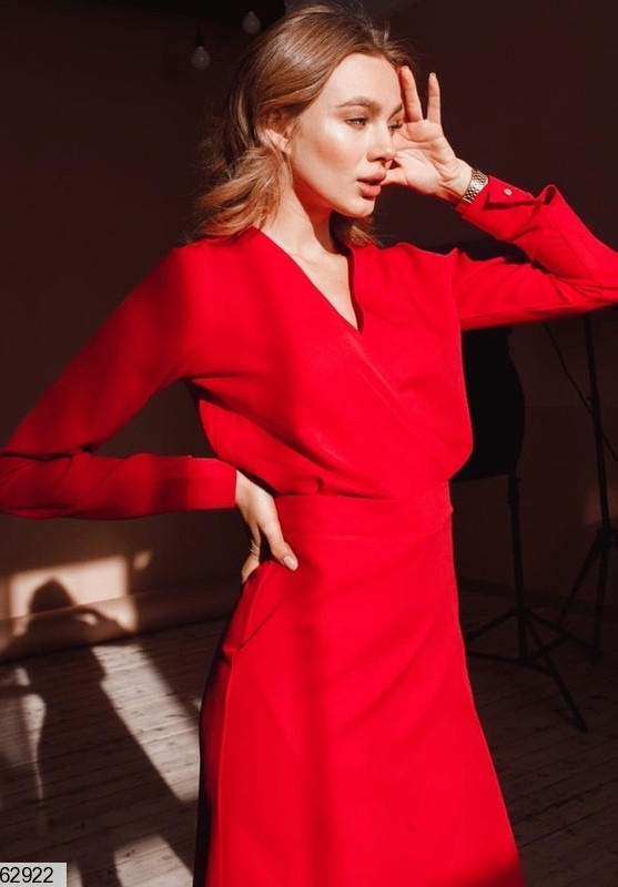 Женское приталенное красное платье на запах с высокой талией и v-образным вырезом