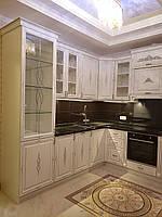 Кухня с фасадами из крашенного мдф с патиной серебро