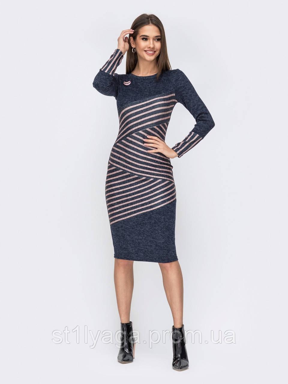 Приталенное трикотажное платье-миди в диагональные полосы по полочке