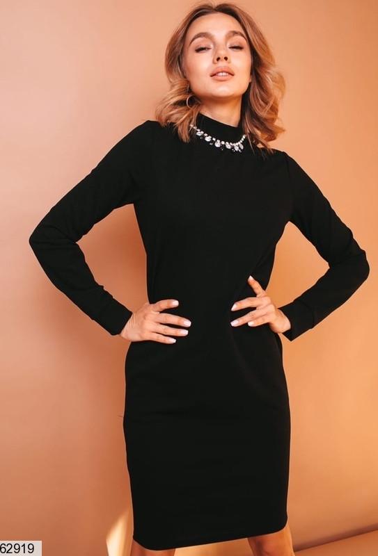 Базовое женское однотонное черное платье по фигуре