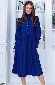 Однотонное закрытое синее женское платье миди с высокой талией и пуговицами спереди