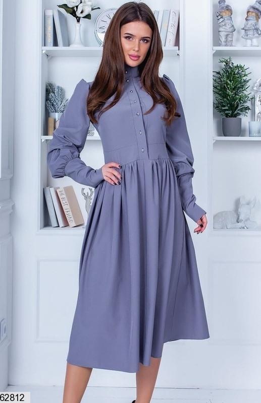 Однотонное закрытое серое женское платье миди с высокой талией и пышной юбкой