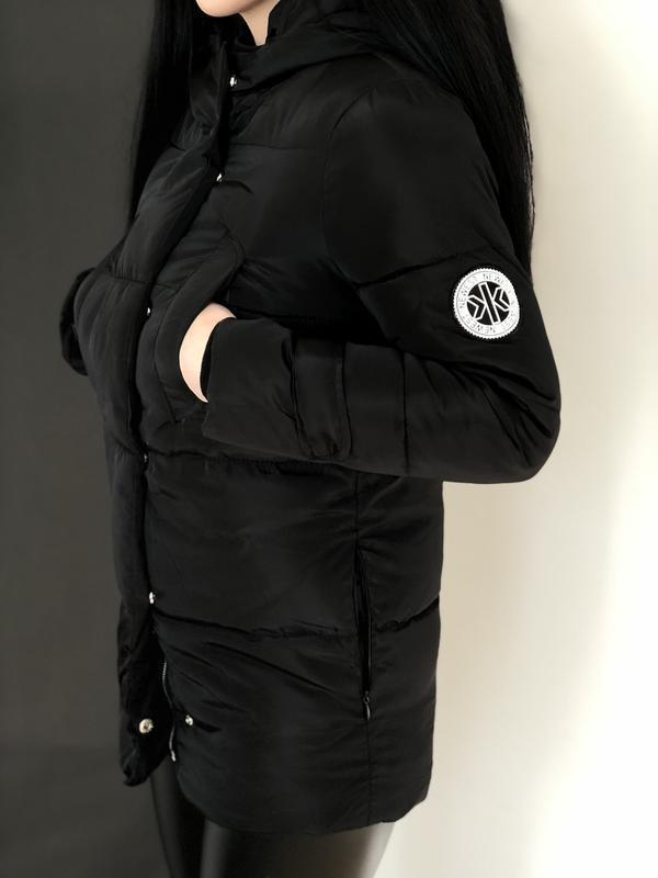 Женский черный пуховик с капюшоном