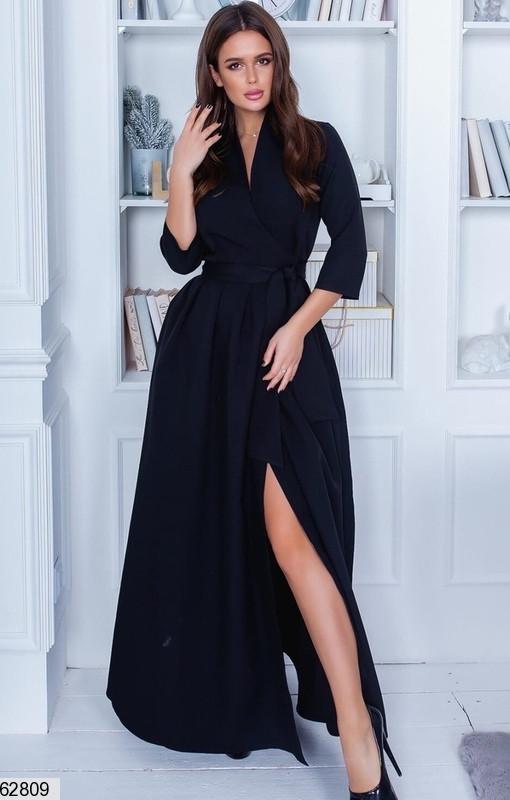 Женское однотонное черное платье в пол на запах и разрезом спереди