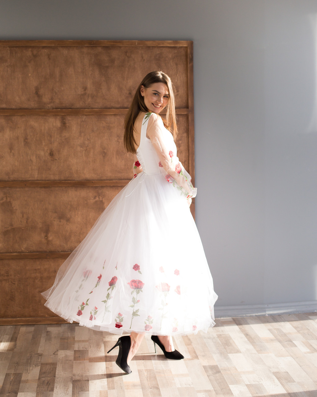 Біла вечірня сукня з вишивкою