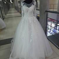 Свадебное воздушное платье с рукавами, закрытой спиной и с лентой на юбке