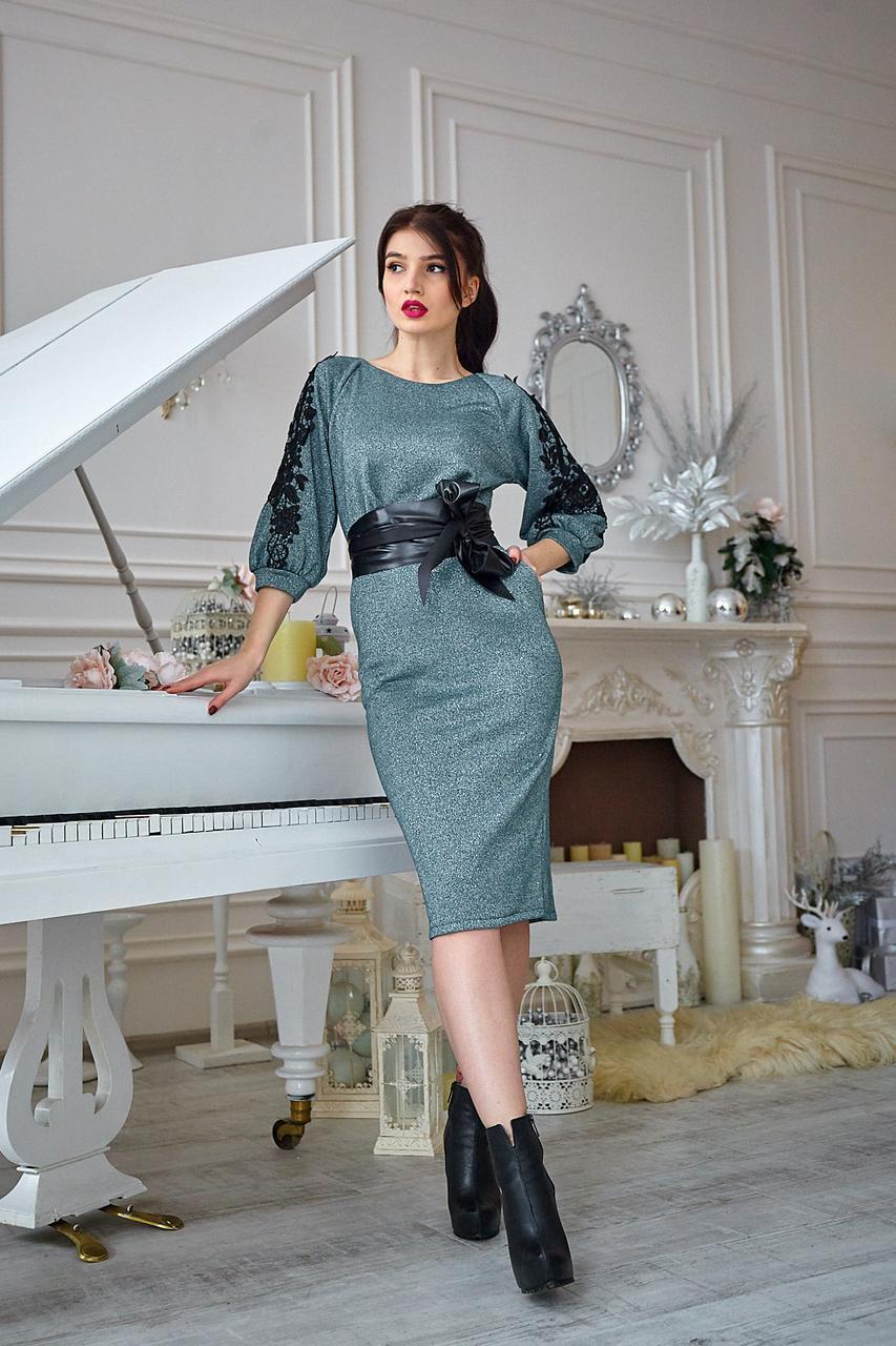 Элегантное женское платье приталенного силуэта зеленое