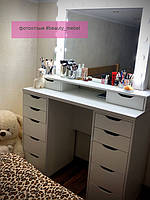 Столик для макияжа с удобными ящиками и шкатулками под зеркалом 1