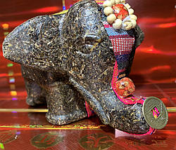Фигура слона сделанная полностью из чайных листьев
