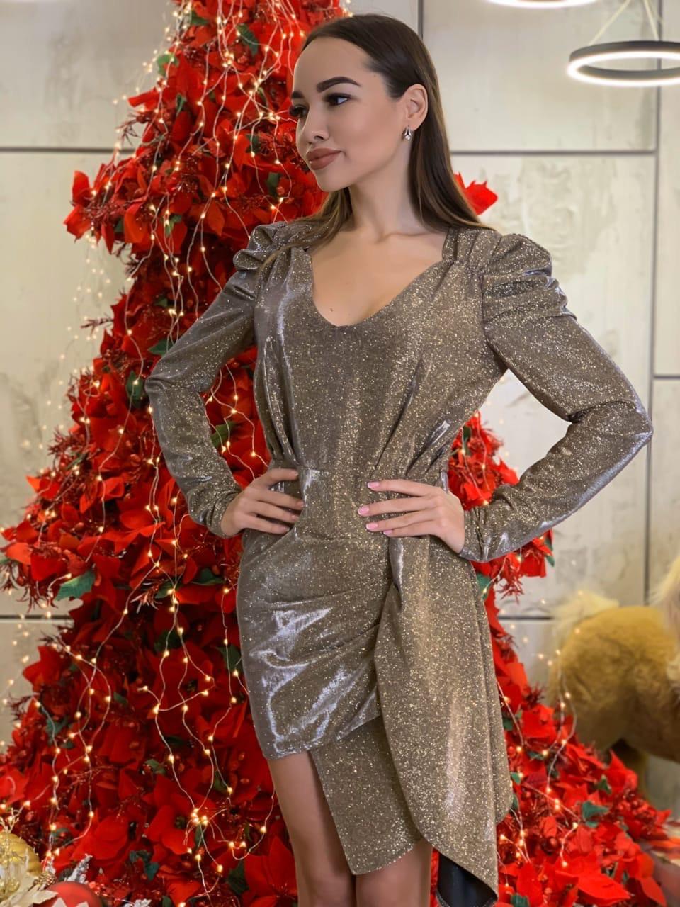 Асимметричное платье из люрекса хамелеон с вырезом декольте и длинным рукавом tez6303702