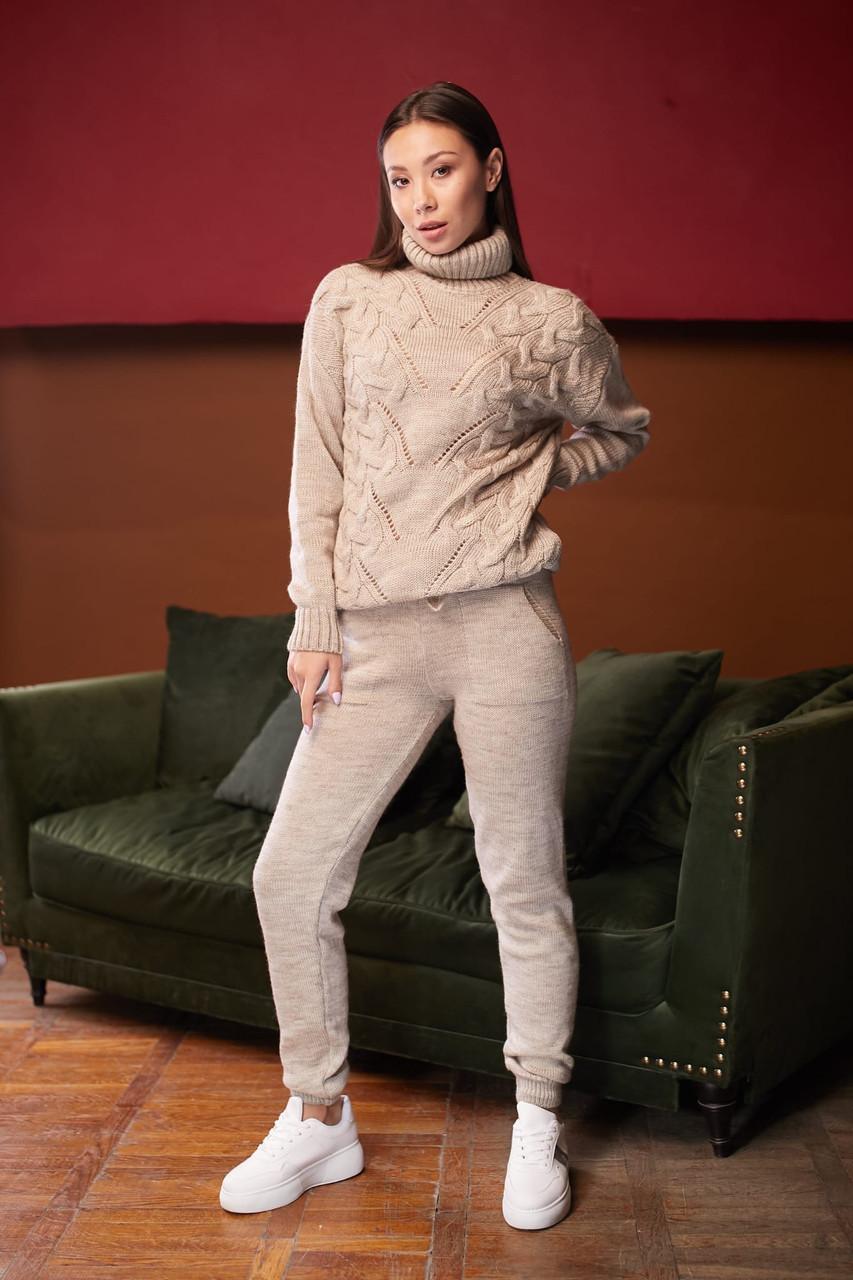 Вязаный женский брючный костюм с зауженными штанами и кофтой и горловиной tez6110402