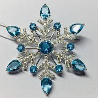 Брошка с голубым и белым цирконом серебро Снежинка