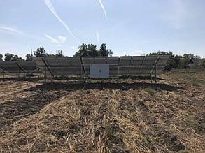 Антивандальный шкаф на задних опорах фермы.