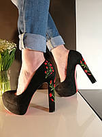 Женские черные замшевые туфли с вышивкой на высоком каблуке