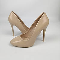 Женские лакированные бежевые туфли на каблуке