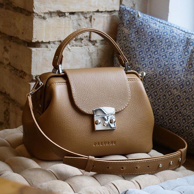Женская кожаная сумка саквояж VOYAGE MEDIUM
