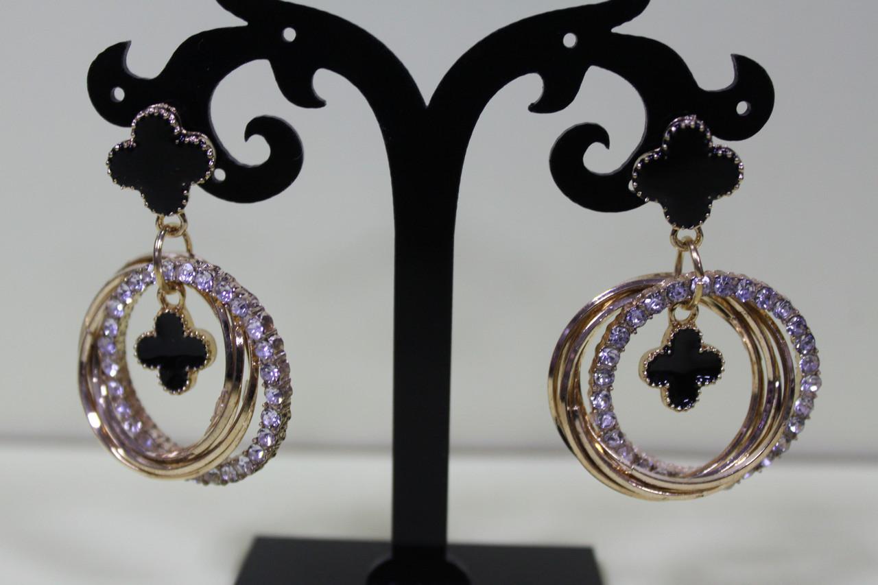 Восхитительные серьги золотистые круглые украшены камнями элементы черные цветы