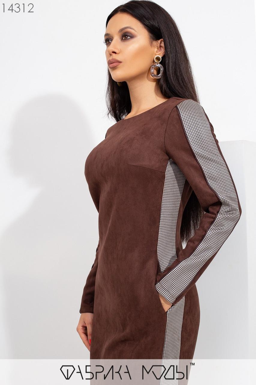 Замшевое платье мини полу приталенного кроя с ювелирным вырезом, конрастными вставками по бокам и манжетом по подолу 14312