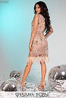 Эффектное платье мини из сетки на подкладе с ювелирным вырезом длинными рукавами, декорировано узорами из блестящих пайеток и перьями по подолу 14339, фото 1