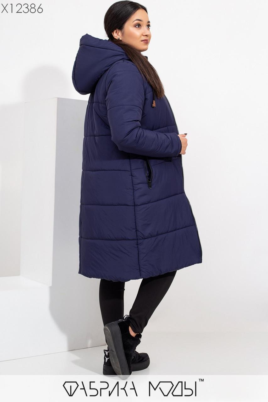Зимнее пальто с капюшоном полу-приталенного кроя на овчине, с длинными рукавами на внутренних манжетах и прорезными карманами на молнии X12386