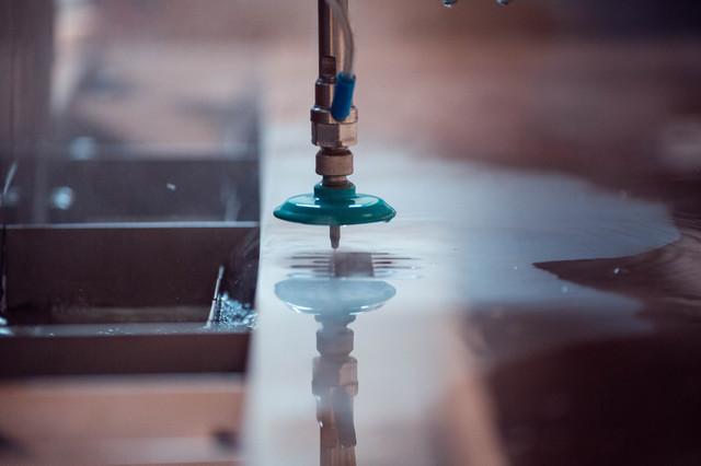 Різання металу водою