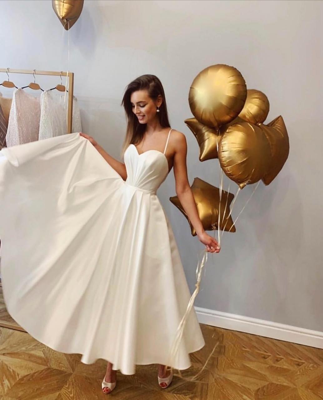 Вечернее свадебное минималистичное атласное миди платье с открытой спиной айвори белое нарядное