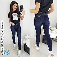 Стильные женские джинсы на флисе синего цвета