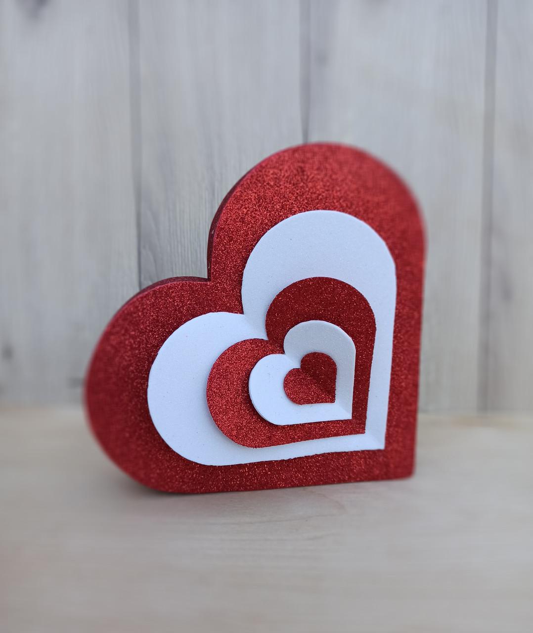 Декоративне блискуче червоне серце в поєднанні з білим як декор до дня Валентина