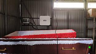 Сетевой инвертор и шкаф защиты на стене склада ритуальных принадлежностей.