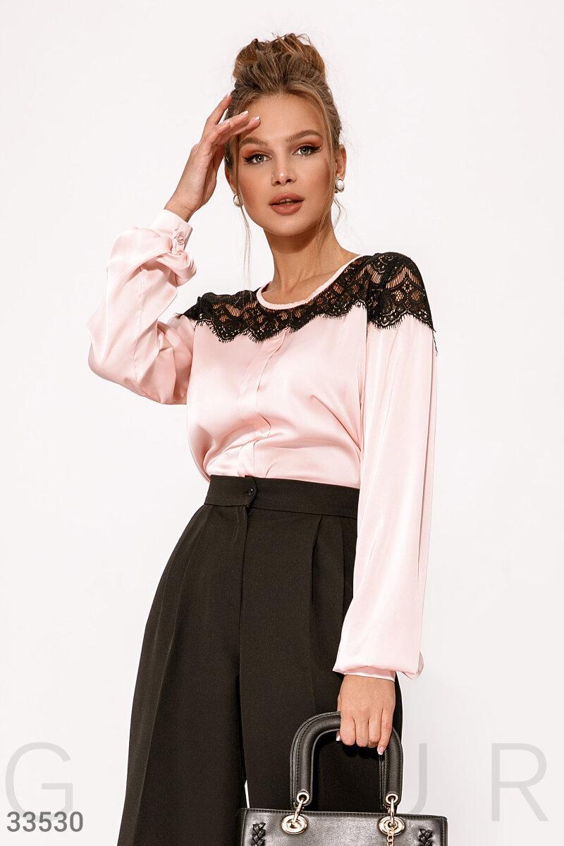 Нежная шелковая блуза с контрастной кружевной кокеткой