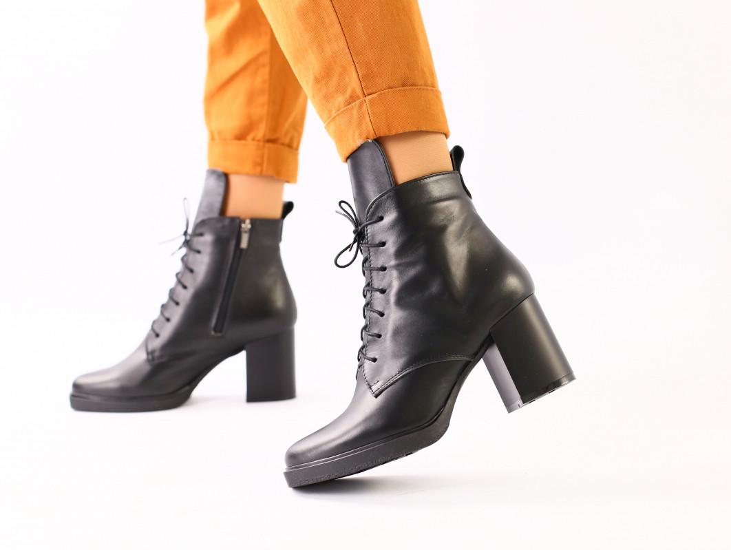 Женские демисезонные кожаные черные ботинки на каблуке