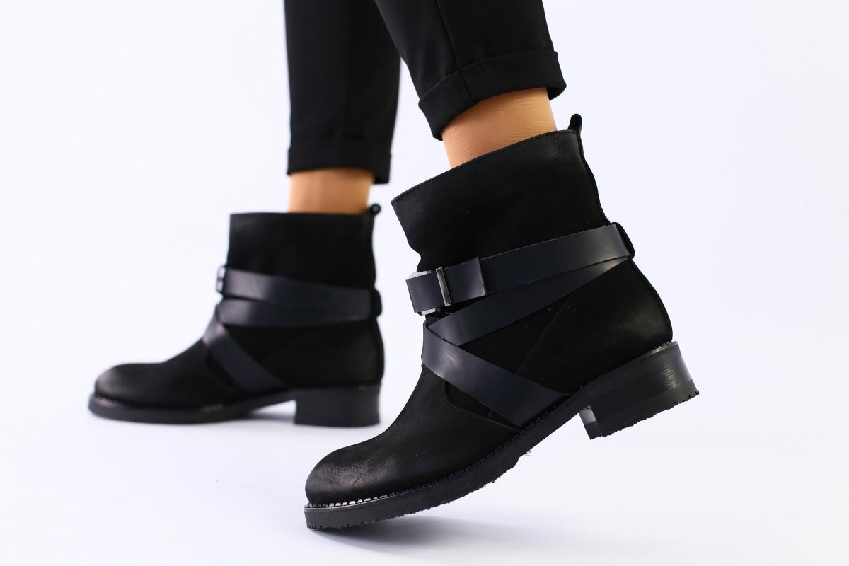 Женские демисезонные черные ботинки из нубука на каблуке
