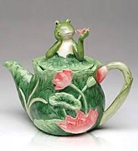 Чайник из фарфора зеленого цвета с крышечкой в виде лягушки и с орнаментом в виде кувшинок