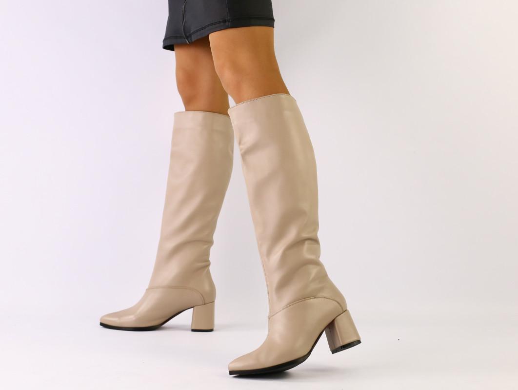 Женские демисезонные бежевые кожаные сапоги
