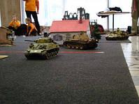 """Танковый бой. Два танка на радиоуправлении - """"реальный бой""""."""