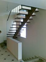 Лестница  металлическая с косоуром и стекляными ступенями