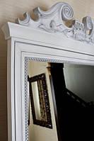Зеркала в резных деревянных рамах