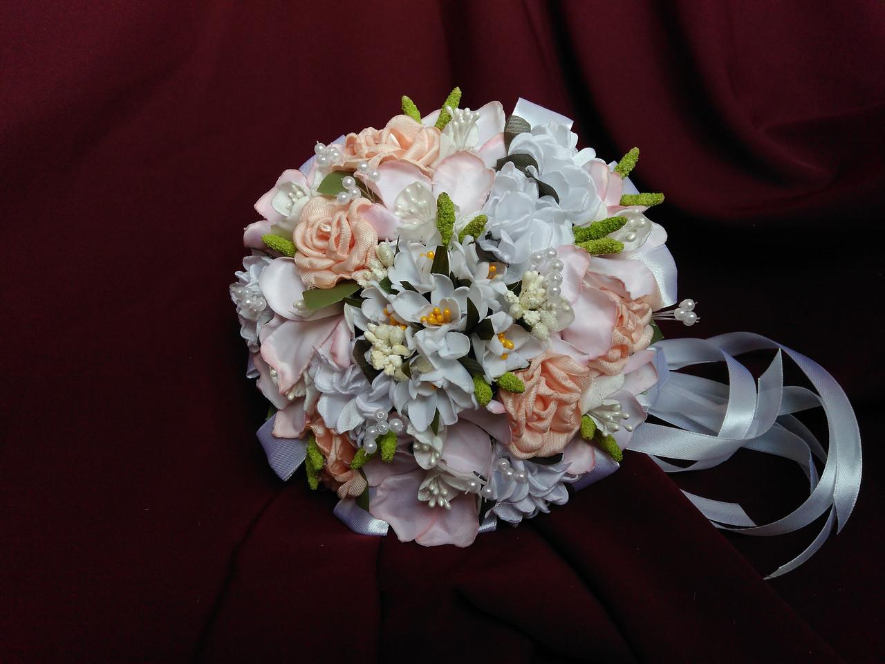 Свадебный букет-дублёр из роз и орхидей персиковый с белым