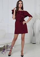 Нарядное короткое платье на одно плечо с воланами и пояском бордовое