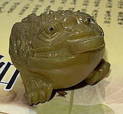 Фигурка лягушки, которая меняет цвет при взаимодействии с кипятком. Аксессуар для чайной церемонии.