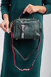 Зеленая маленькая сумочка через плечо с широким красным ремешком и сердцем