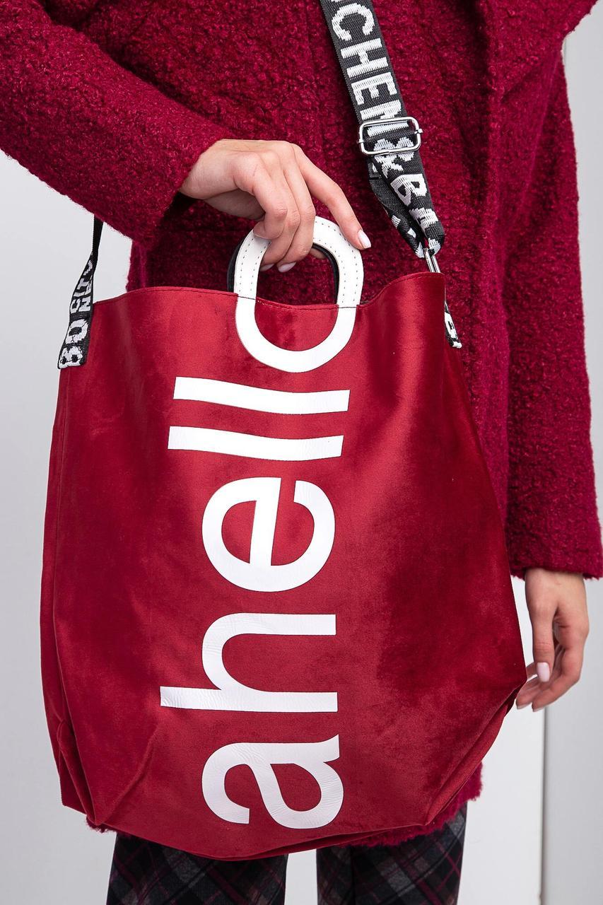 Большая бархатная сумка красного цвета с надписями и широким ремешком