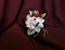 Свадебная бутоньерка из розы и пиона пудровая с бордовым и молочным