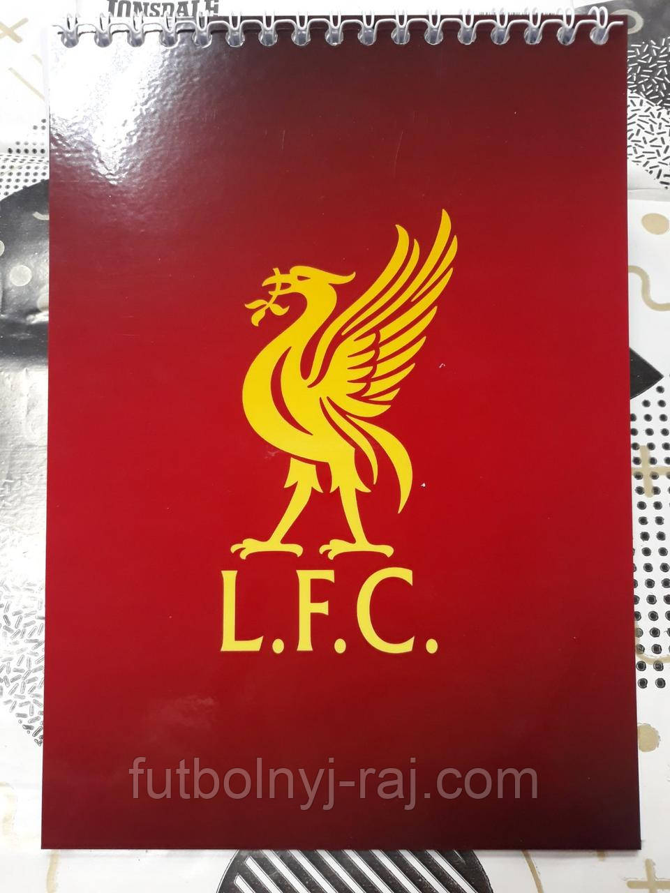 Блокнот с символикой FC Liverpool.