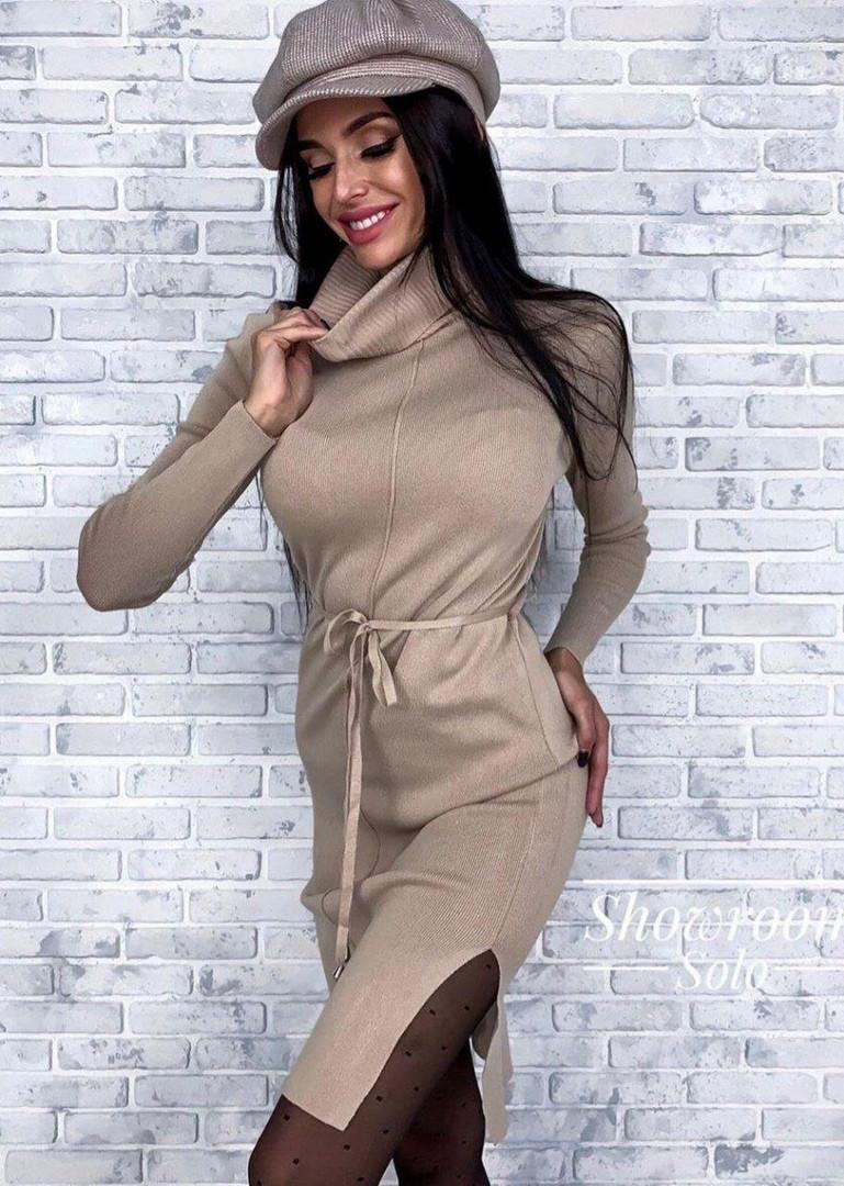 Платье трикотажное прямого кроя под горло с разрезами по бокам