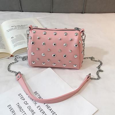 Женская розовая сумка с заклепками
