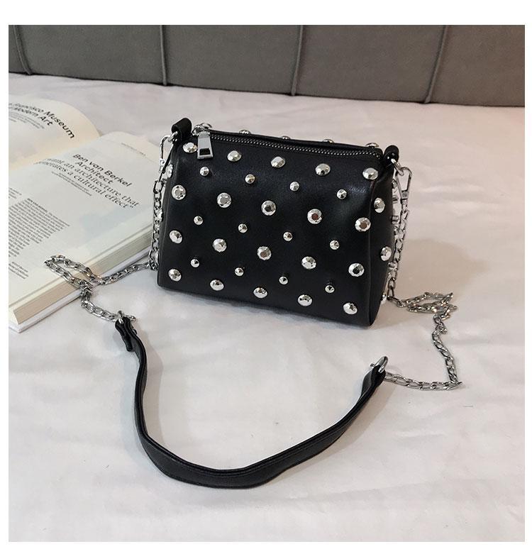Женская черная сумка с заклепками