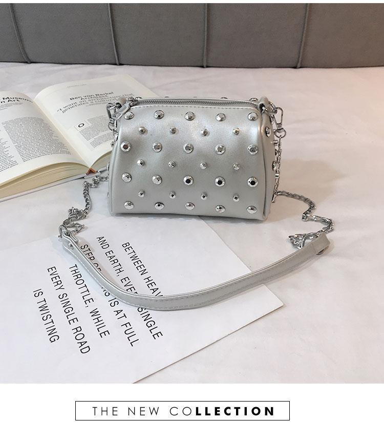 Женская серебреная сумка с заклепками